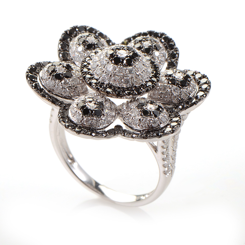 18K White Gold Black and White Diamond Daisy Ring